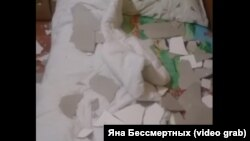 Засыпанная штукатуркой детская кровать