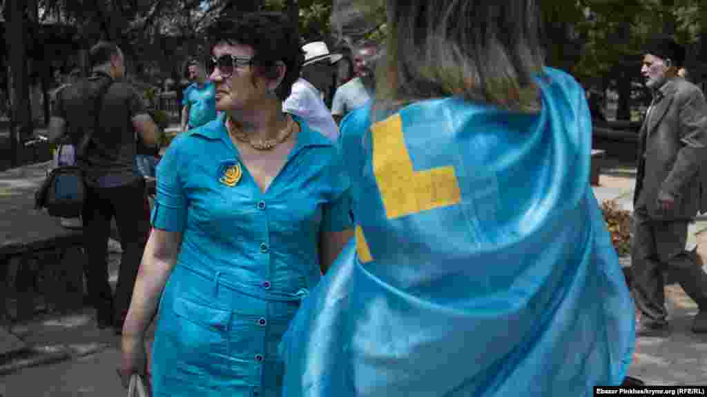 Аксессуары в цветах украинского флага и тамга – крымскотатрский флаг – на участниках митинга