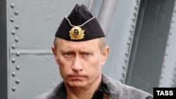 Морскую форму и шлем военного пилота президент уже примерял