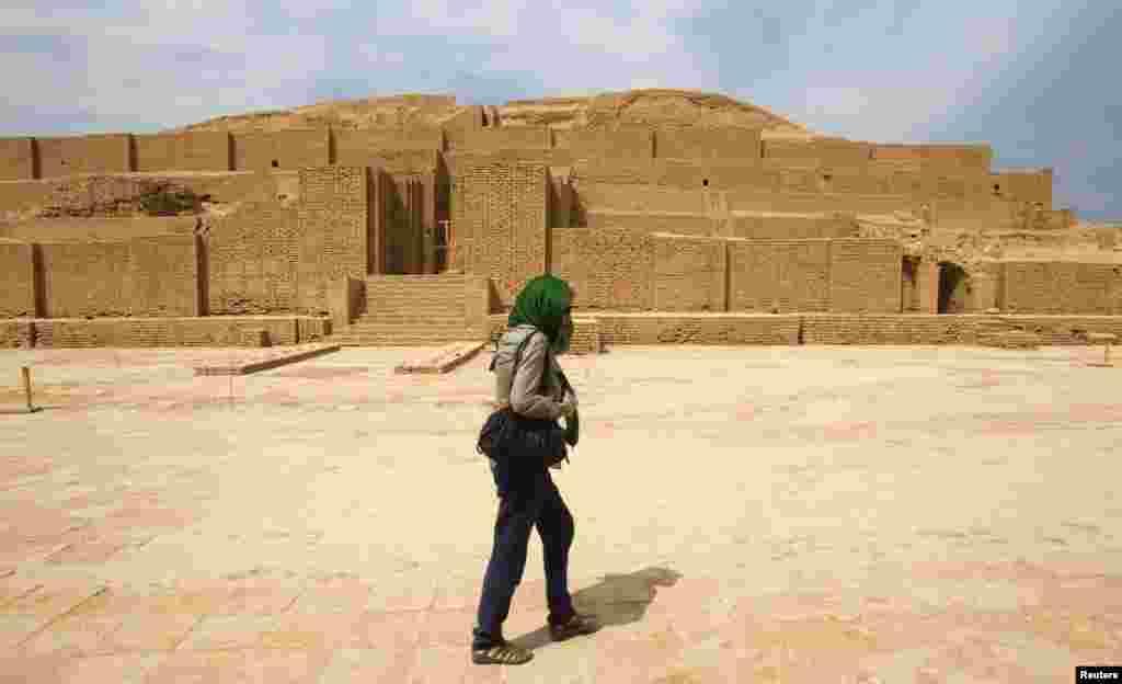چغا زنبیل؛به ایلامی زیگورات دوراونتاش، در نزدیکی شوش باستانی در استان خوزستان در حدود ۱۲۵۰ سال پیش از میلاد بنا شدهاست. نخستین اثر تاریخی ایران در فهرست یونسکو بود و در سال ۱۹۷۹ میلادی در این فهرست جای گرفت.