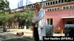 Алексей Владимиров на фоне сгоревшего здания научно-реставрационного центра им. Грабаря.