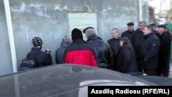 Люди у дома Хадиджи Исмаиловой в день обыска. 6 декабря 2014 года.