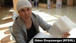 Жительница села Аксуат Тарбагатайского района Восточно-Казахстанской области Роза Келдибаева, чей ребенок заболел гепатитом. Астана, 24 июля 2013 года.