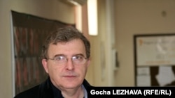 Суть предложения Мамуки: поскольку «процесс зашел в тупик», надо признать независимость Абхазии, но на обязательных условиях вывода с ее территории российских войск и возвращения грузинских беженцев