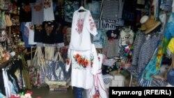 У Севастополі українські вишиванки пропонують туристам під час курортного сезону 2020 року