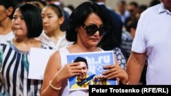 Thousands turned out at a funeral ceremony in Almaty on July 21 to bid a final farewell to Kazakhstan's Olympic figure-skating medalist Denis Ten.