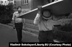 Человек в маске и человек, несущий дверь. Проспект Кузнецкстроевский, 16 июля 1988 года.