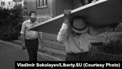 Человек в маске и человек, несущий дверь. Проспект Кузнецкстроевский 16.07.1988