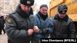 Задержание активистов, которые протестуют против строительства многоэтажного здания в Большом Козихинском переулке в Москве