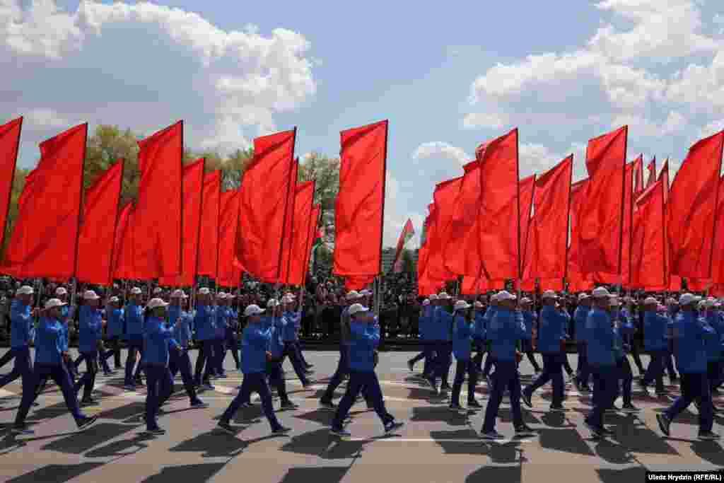 В Беларуси до сих пор не введен карантин, несмотря на более чем 21 тыс. заболевших (по официальным данным). Поэтому шествием по городу также прошли колонны из сотен людей с алыми флагами