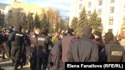Милиция перед зданием Харьковской ОГА 7 апреля