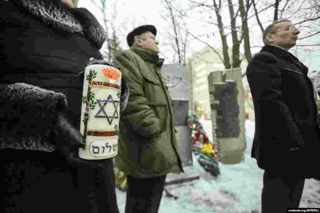 Представители еврейских организаций рядом с памятником депортированным евреям.