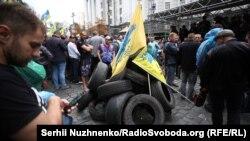 Мітингувальники принесли під Кабмін шини