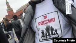 """Участник акции """"Белое дефиле"""" в Москве 27 мая 2012 г"""