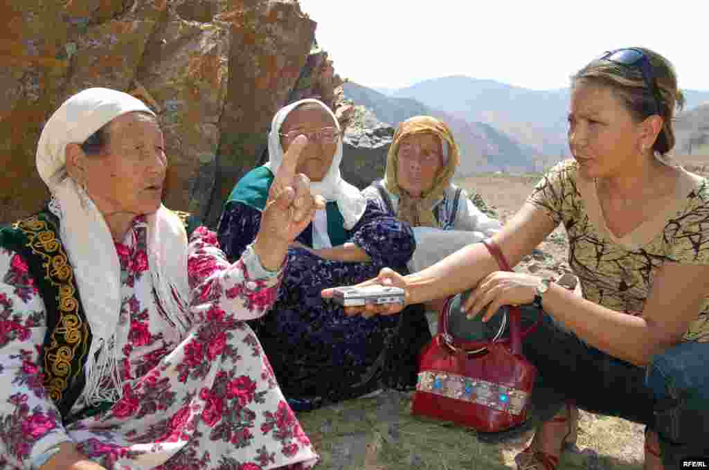 Rural Kyrgyz women are interviewed by a correspondent from RFE/RL's Kyrgyz service.