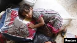 Сириялык кыз эки өлкөнүн негизги чек ара бекетинен өткөн жердеги лагерде, 24-июль, 2012