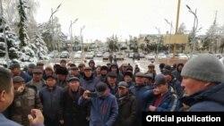 Талас облустук администрациясынын алдына чогулгандар өкмөттүн Таластагы өкүлү Бакытбек Нарбеков менен жолугушууда. 2021-жылдын 29-марты.