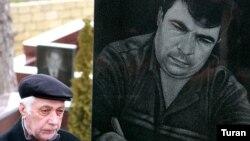 Отец Эльмара Гусейнова на могиле сына