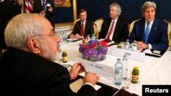 АҚШ мемлекеттік хатшысы Джон Керри (оң жақта) Иранның ядролық бағдарламасы бойынша делегациясының басшысы Мохаммад Джавад Зарифпен (сол жақта) кездесті. Вена, 14 шілде 2014 жыл.
