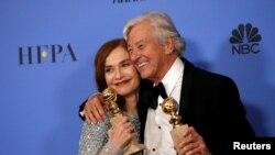 """Isabelle Huppert rejissor Paul Verhoevenlə birlikdə """"Qızıl qlobus"""" mükafatını alarkən, 2016."""