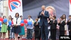 Тони Блэр қайырымдылық шарасында сөйлеп тұр. Косово, 9 маусым 2010 жыл.