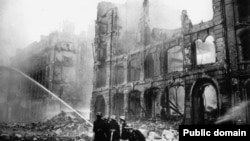 Пожар в одном из кварталов Лондона, разрушенных нацистскими бомбардировками, 1940 год