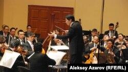 Китайским филармоническим оркестром дирижирует Ся Сяотэн. Алматы, 10 августа 2015 года.
