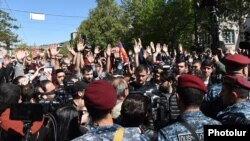 Демонстранты и полицейские во время акции протеста в Ереване, 16 апреля 2018 г.