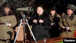 Солтүстік Корея басшысы Ким Чен Ын (ортада) әскерилер арасында тұр.