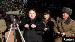 Солтүстік Корея президенті Ким Чен Ын зымыран ұшырылуын бақылап тұр.