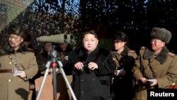 Северокорейский лидер Ким Чен Ын в окружении военных.
