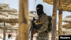 جندي تونسي من القوات الخاصة يحرس شاطئ سوسة - 29 حزيران 2015