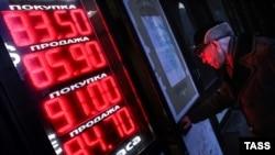 """Новая """"волна"""" девальвации рубля уже в ближайшие месяцы повысит цены в России, как минимум, вдвое больше, чем было бы без нее."""
