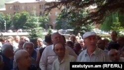 «Վանաձոր-Քիմպրոմի» բանվորների բողոքի ցույցը մարզպետարանի շենքի մոտ: 27-ը ապրիլի, 2014 թ․