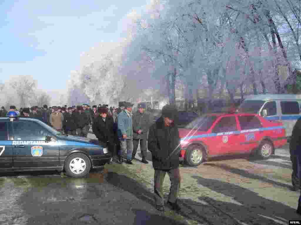 "Кара-Буурадагы жолугушууда милиция жолду тосуп койду - Kyrgyzstan - leader of opposition party ""Ata Meken"" Omurbek Tekebaev during the meeting with local population of Talas region. 16Jan2009"