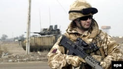 یک سرباز بریتانیایی در بصره. عکس از خبرگزاری (EPA).