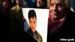 Ушул жылдын 6-мартында Савченконун бошотулушун талап кылган киевдик демонстранттар.
