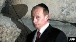 Президент В. Путин Холокаустун курмандыктарына арналып тургузулган Иерусалимдеги мемориалдык комплексте. 28-апрель 2005
