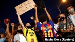 «Барселона» футбол клубунун күйөрмандары «Камп-Ноу» стадионунун астына чогулуп, нааразылыгын билдиришүүдө. Барселона шаары. 26-август, 2020-жыл.