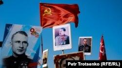 """""""Мәңгілік полк"""" акциясына қатысушы ұстап шыққан Сталин портреті. Алматы, 9 мамыр 2019 жыл."""