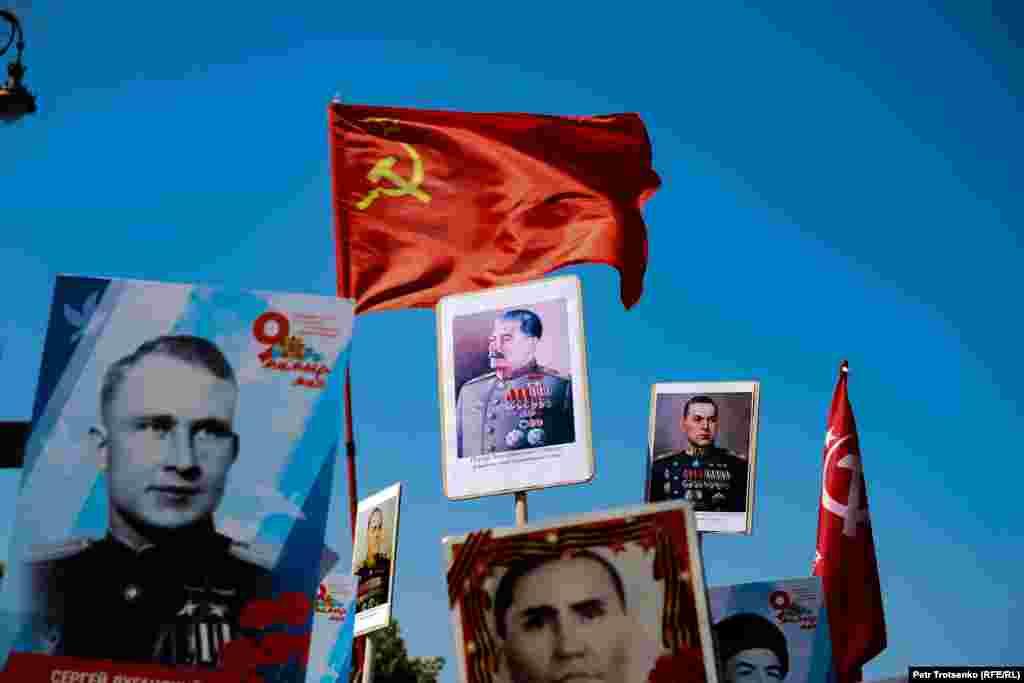 Портрет Иосифа Сталина и флаг СССР на акции «Бессмертный полк» в Алматы, 9 мая 2019 года.
