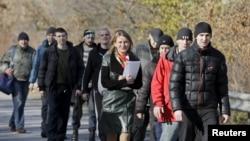 Дарія Морозова (с) забирає групу сепаратистів, звільнених українською стороною під час одного з попередніх обмінів