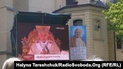 Львів'яни дивляться трансляцію беатифікації Івана Павла II