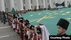 Черкесы называют эту войну, длившуюся 100 лет, Русско-Черкесской. Она началась в 1763 году со вторжения российских войск в восточную Кабарду и продолжалась до 1864 года, когда на Красной поляне прошел парад победы царских войск