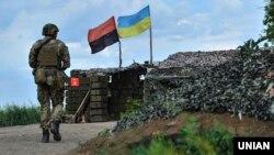 Український військовослужбовець у зоні бойових дій на Донбасі неподалік Мар'їнки і Красногорівки (Донецька область ), 31 травня 2017 року