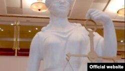 Статуя Фемиды в здании Мосгорсуда