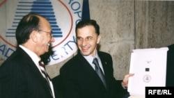 Alături de Tom Dine, președintele RFE/RL în cursul unei vizite la Europa Liberă, în 2002