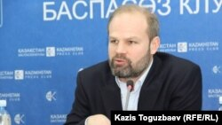 Amnesty International ұйымының Еуропа және Орталық Азия аймағы жөніндегі директоры Джон Далхуисен. Алматы, 3 наурыз 2016 жыл.