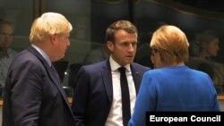 Британският премиер Борис Джонсън е с германския канцлер Ангела Меркел и френския президент Еманюел Макрон преди заседането на Европейския съвет в Брюксел