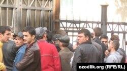 Ўзбекистоннинг Москвадаги элчихонаси олдида.